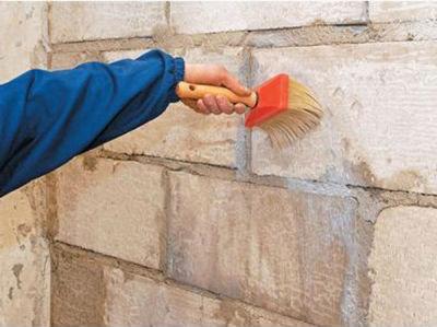 Наносим на стену фасадную грунтовку
