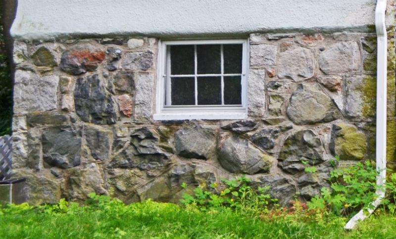 Цоколь здания из дикого камня