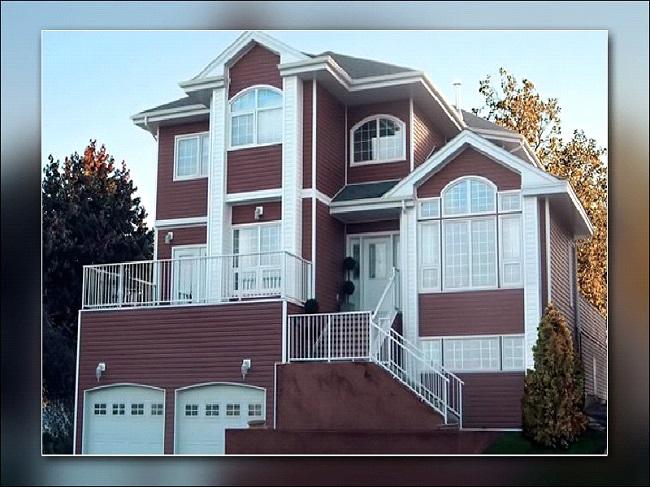 Дом, фасад которого обшит сайдингом