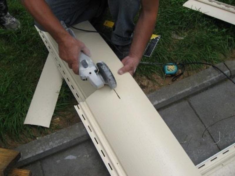 Чем резать виниловый и металлический сайдинг?