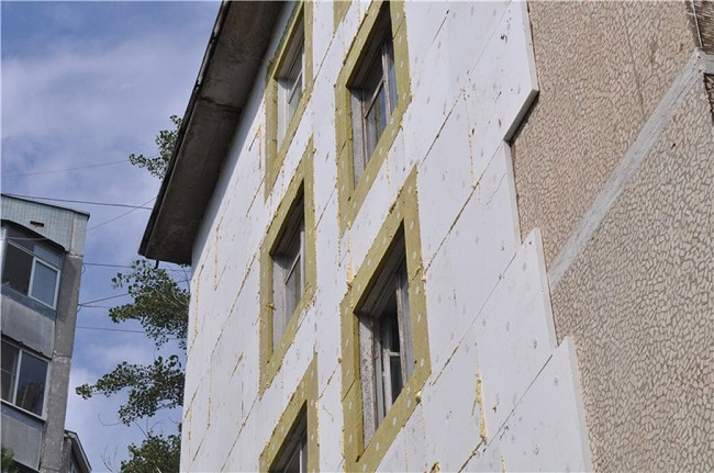 Оштукатуривание по пенопласту многоквартирного дома