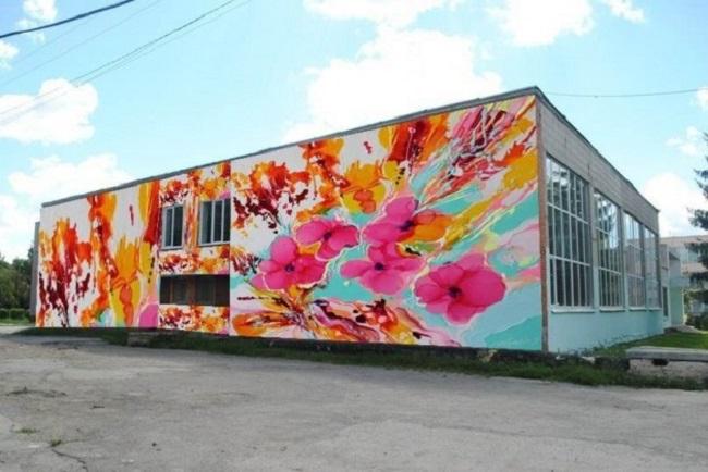 Граффити на фасаде школы