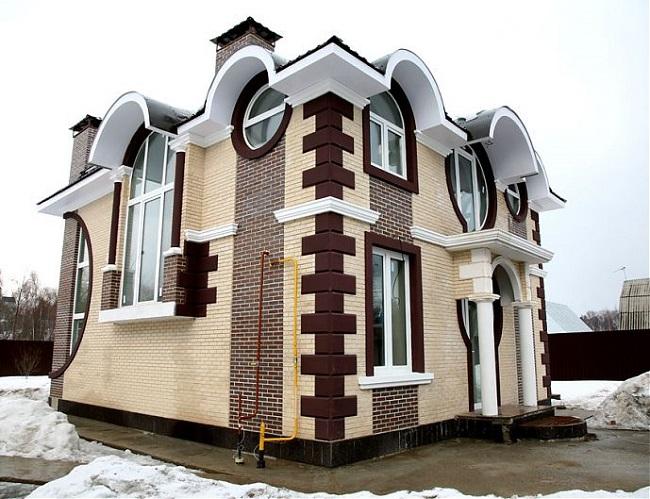 Нарядный кирпичный фасад