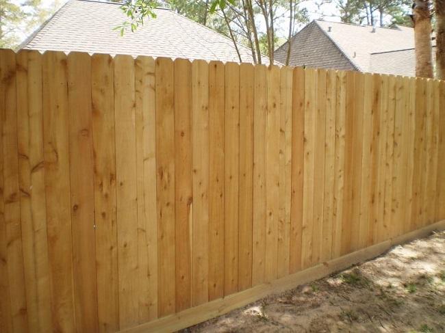 Простой забор из деревянного блокхауса