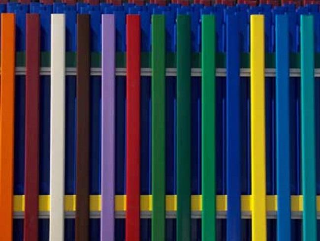 Разнообразие цветовой палитры металлического штакетника