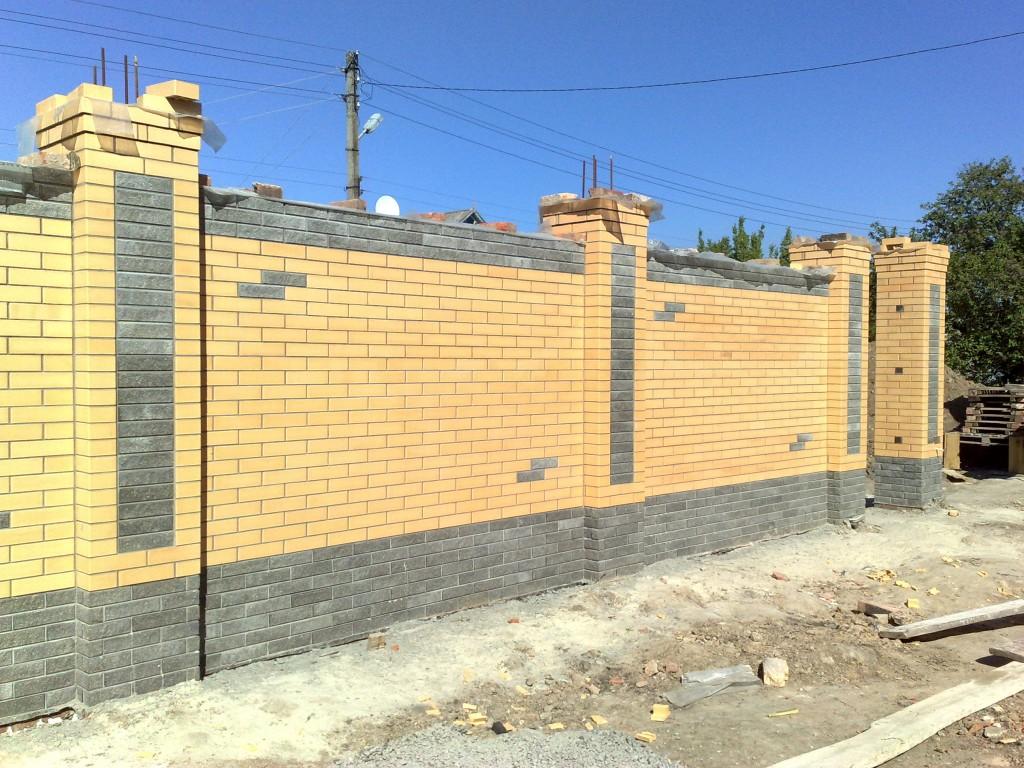 Желтый кирпичный забор