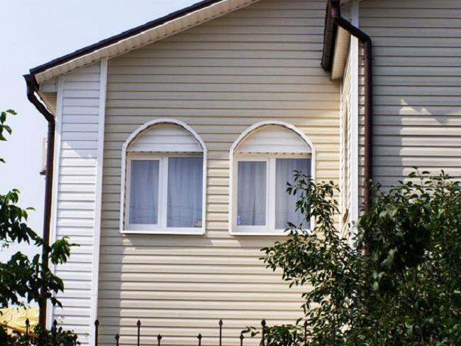 Цветовая палитра канадского сайдинга дает возможность комбинировать детали фасада