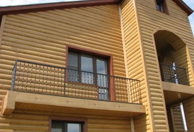 Фасад каркасного дома из блокхауза