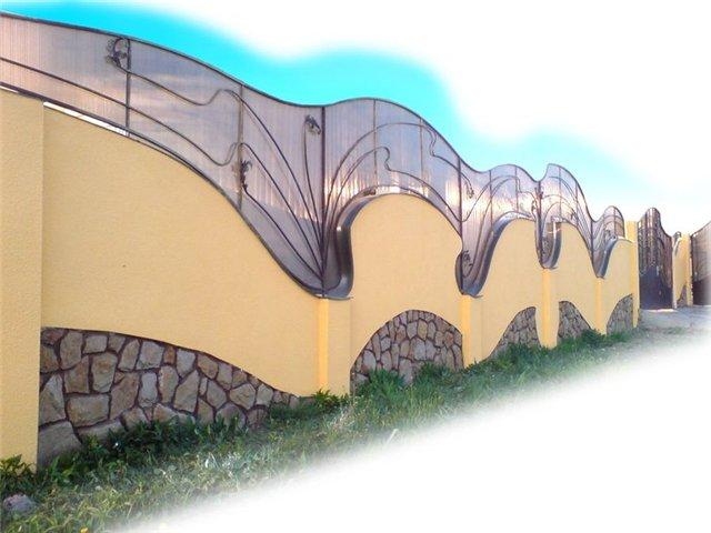 Поликарбонат гармонично сочетается с другими стройматериалами