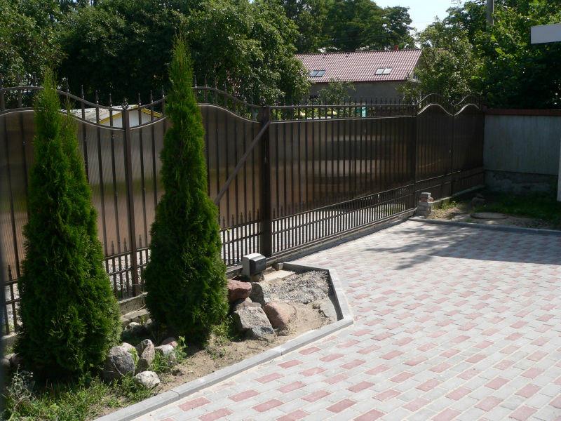 Забор из поликарбоната фиксируется на металлический каркас