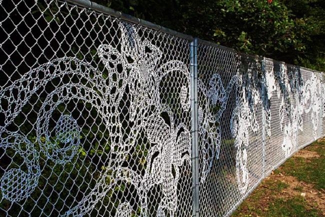 Декоративный забор из сетки рабицы