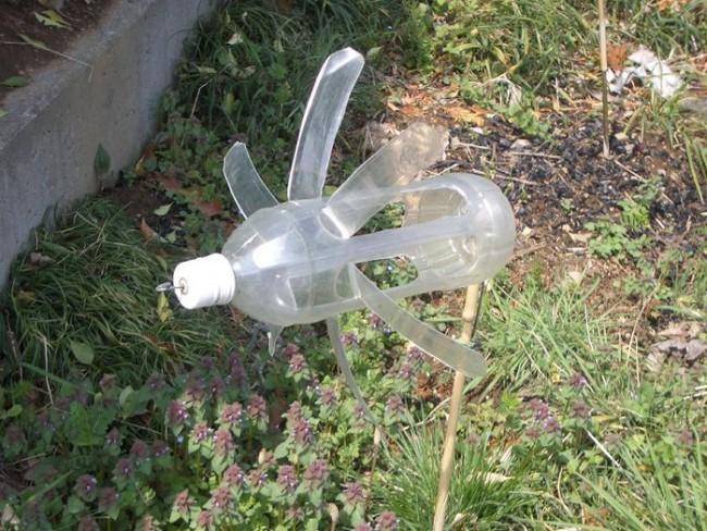 Пугало из пластиковых бутылок от птиц