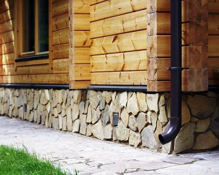Фото №2 фасада дома — дикий камень