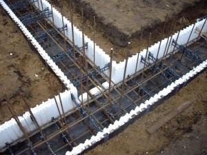 Пенополистирольная опалубка стоит сравнительно  недорогая конструкция