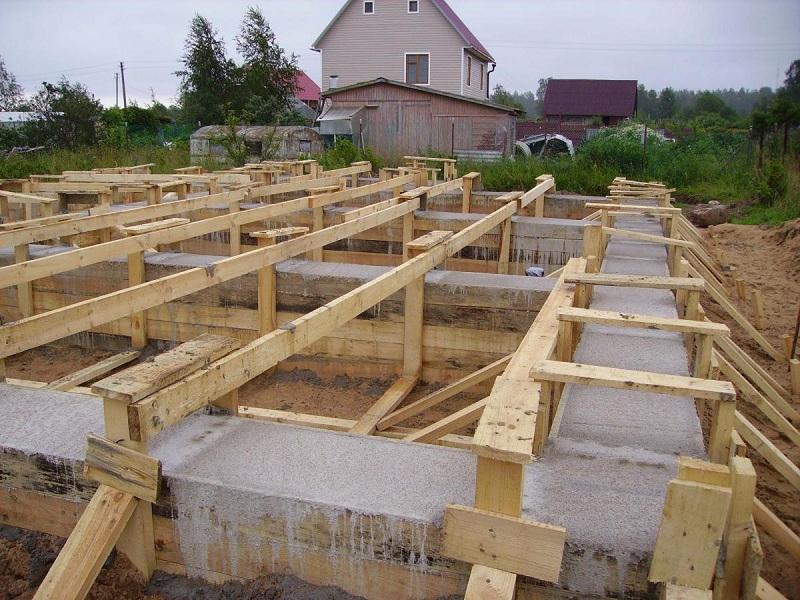 Мелкозаглубленный ленточный фундамент - наиболее понятная конструкция для новичка в строительном деле