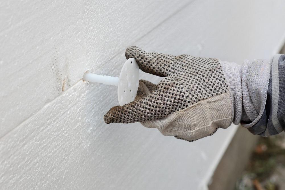 Укрепить теплоизоляционный материал можно специальными крепежами