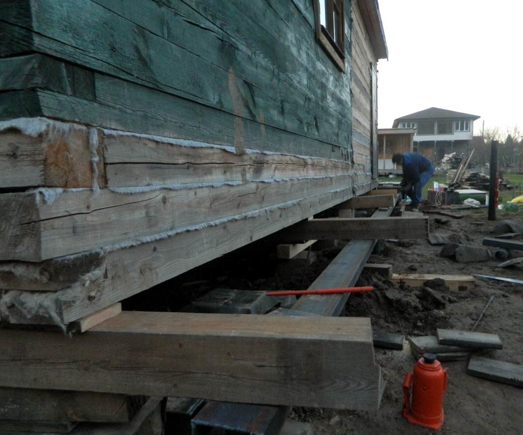Под деревянный дом выполняется новая подошва